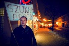 """Deptak miejski w Radomiu. Bezrobotny od kilku lat pan Marek spaceruje z transparentem """"Szukam Pracy"""". Problem długotrwałego bezrobocia dotyczy blisko 900 tys. ludzi w Polsce"""