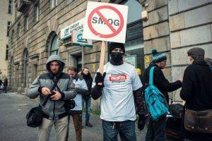 Wrocławscy aktywiści w trakcie pikiety antysmogowej