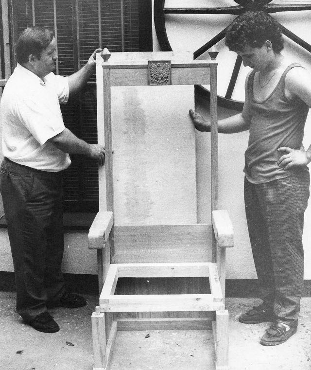 Zbigniew Laskus z synem budują fotel dla Prezydenta RP