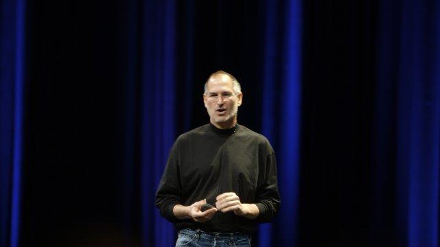 """Steve Jobs przez kilkanaście lat zarabiał 1 dolara rocznie. Dlatego trafił do księgi rekordów Guinnesa jako """"najniżej opłacany dyrektor generalny""""."""