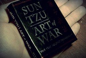"""""""Sztuka Wojny"""" doczekała się wielu wydań – od opasłych tomów z komentarzami współczesnych filozofów po miniaturowe poradniki, które można zabrać na czas podróży służbowej."""