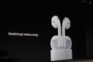 """Nowe słuchawki Apple mają """"przełomowy design"""". Trudno jednak nie zauważyć, że sceptycyzm internautów ma swoje uzasadnienie."""