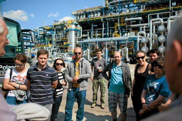 Po rafineriach mogą spacerować turyści, ale taka infrastruktura jest na listach obiektów strategicznych.