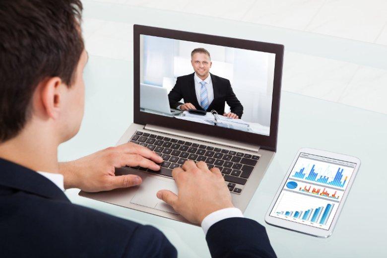 Szkolenia online (e-learning) miały wyeliminować główne wady szkoleń stacjonarnych. Niestety na ogół sprowadzają się do omawiania nudnych prezentacji zrobionych w Power Poincie. Microlearning oferuje zupełnie inną formę edukacji online
