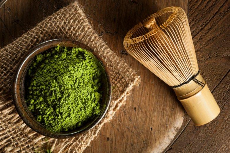Zestaw do przygotowywania matchy: sproszkowana herbata oraz bambusowa miotełka do robienia piany.