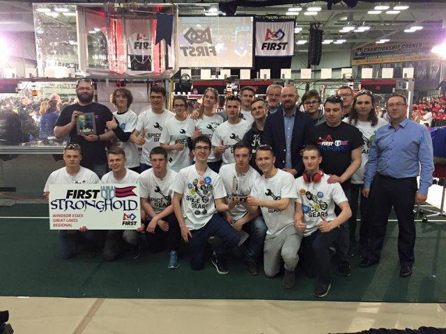 Zespół Spice Gears z nagrodą Judges Award na turnieju FIRST Robotics Competition w Windsor (Ontario).