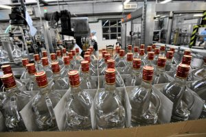 Spada spożycie tradycyjnej wódki. Konsumenci wolą bardziej wyszukane wersje gorzały.