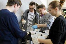 Śniadanie wielkanocne dla osób potrzebujących i samotnych zorganizowane przez wolontariuszy z Częstochowy.