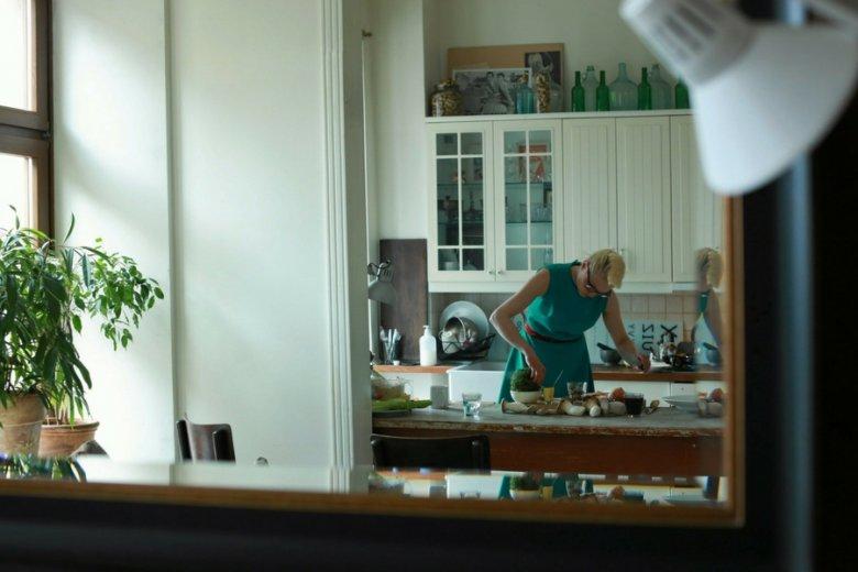 """Liliana Bogusiak, właścicielka łódzkiej restauracji """"Lili"""", przygotowuje świąteczny obiad."""
