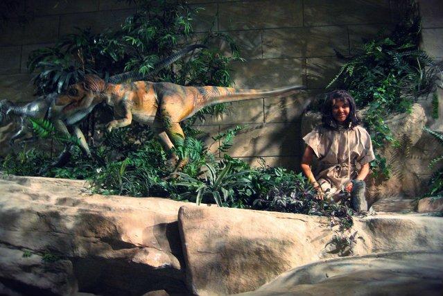 Eksponat z Muzeum Kreacjonizmu w Kentucky, USA. Według upamiętnionej w ten sposób teorii, człowiek żył w symbiozie z dinozaurami.