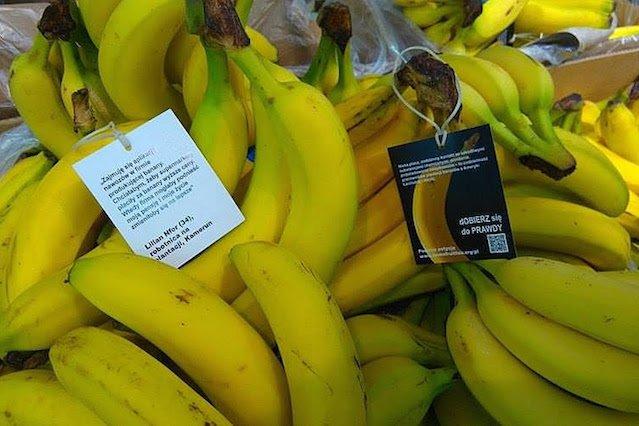Takie notatki zostały doczepione do kiści bananów w kilku sklepach sieci.