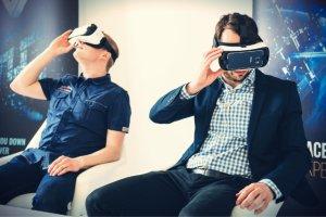 Miłosz Kosobucki i Filip Andrzejak z firmy SetApp demonstrują gry VR projektowane przez ich pracodawcę