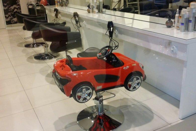 Klient zagraniczny bywa ostrożny. Ale foteliki fryzjerskie bierze chętnie.