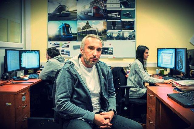 Bartosz Piotrowski w biurze PESA.