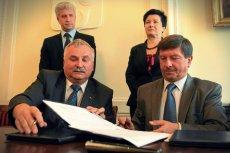 Prezydent Otwocka Zbigniew Szczepaniak (pierwszy z prawej) podczas podpisania umowy na nową linię SKM.