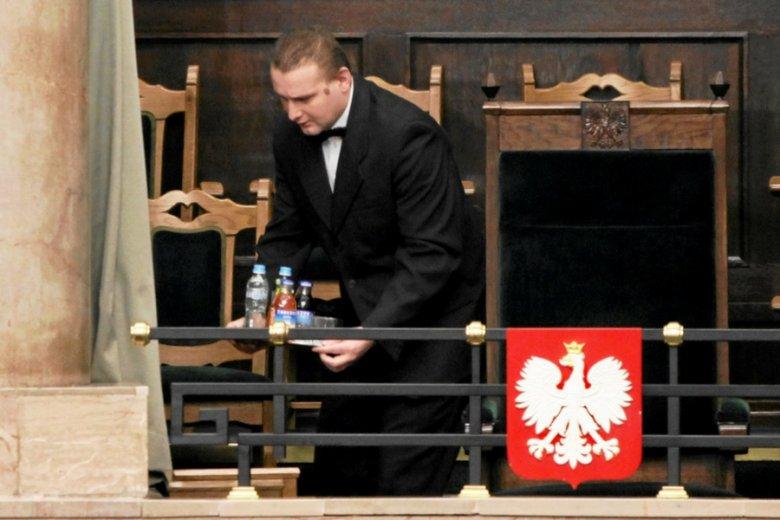Prawdziwy rarytas: kelner loży prezydenckiej w Sejmie. Pozazdrościć stałości zatrudnienia i umowy o pracę.