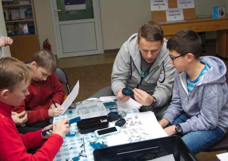 Warsztaty z robotyki w Powiatowej i Miejskiej Bibliotece Publicznej w Skarżysku-Kamiennej. W konstruowaniu i programowaniu robota pomagał dzieciom nauczyciel Sylwester Zasoński