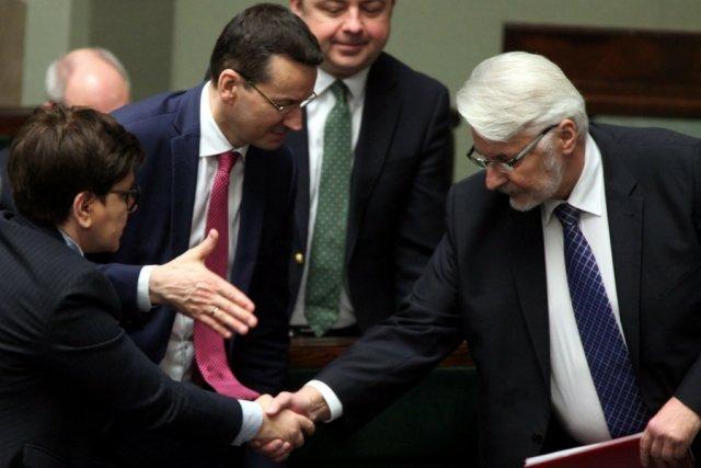 Członkowie gabinetu premier Beaty Szydło zostali nagrodzeni stosunkowo skromną premią: 7500 zł.