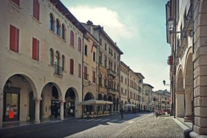 Władze włoskiego miasta postanowiły rzucić nieco światła na swoje ulice