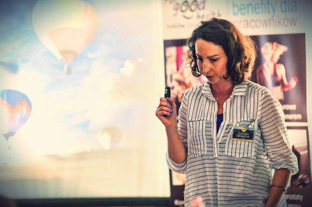 """""""Pierwszym sygnałem, że gry mogą zmieniać świat, było, gdy usłyszałam, że pracownica urzędu awansowała, bo dostrzeżono w niej talent negocjacyjny podczas grania w naszą produkcję"""" - Joanna Średnicka."""
