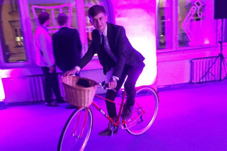 Jakub Biel na rowerze.