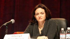 Sheryl Sandberg była pierwszą kobietą w składzie Facebooka i pełniła w nim funkcje dyrektora operacyjnego.