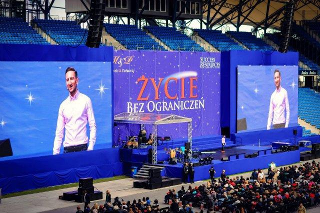 Od pewnego czasu Łukasz Jakóbiak święci coraz większe sukcesy jako mówca motywacyjny
