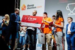 Zwycięzca Startup Contest otrzyma na konferencji InfoShare 20 000 euro. Na dofinansowanie projektów nagrodzonych w konkursie czeka milion euro. Na zdjeciu - wręczenie nagrody w ubiegłym roku, InfoShare odbędzie się 18-20 maja w Gdańsku.