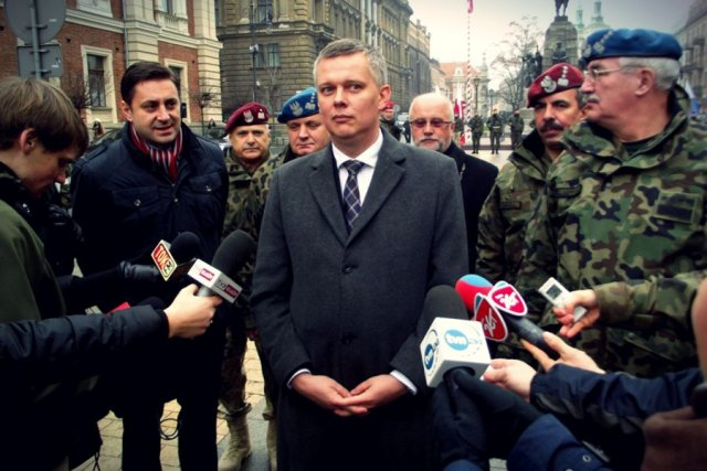 Tomasz Siemoniak podczas powitania żołnierzy powracających z Afganistanu.