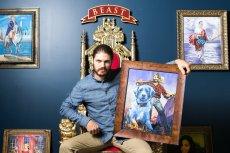 Jake ze swoim portretem. Na ścianie portrety innych pracowników.