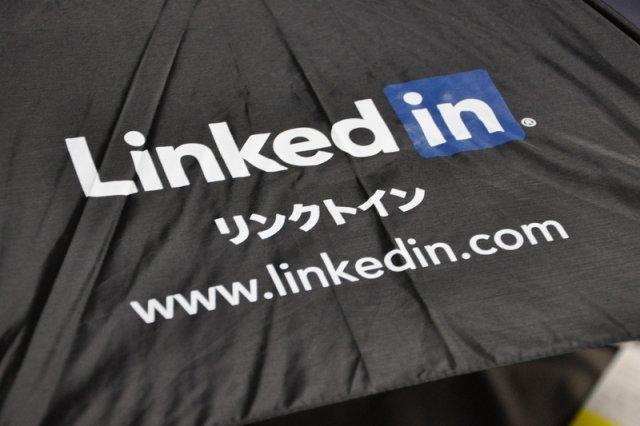 """LinkedIn to serwis służący do tworzenia profesjonalnego konta zawodowego. Niektórzy oferują """"podkoloryzowanie"""" profilu, oczywiście za odpowiednią opłatą."""