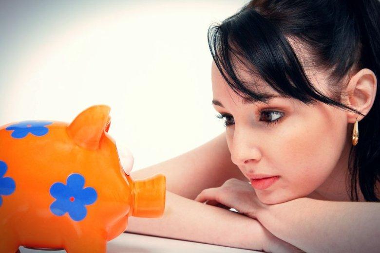 Banki zarzucają sidła na nastolatki - czasem za pomocą tabletu, a czasem poprzez brak opłat za prowadzenie konta lub wyjęcie gotówki z bankomatu.