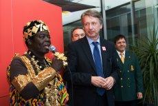 Togbe Ngoryifia Céphas Kosi Bansah jest władcą plemienia z Ghany, ale jego codziennym zajęciem jest praca mechanika samochodowego