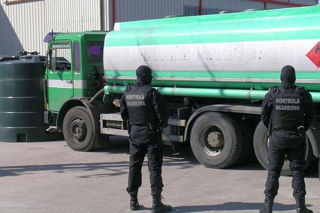 Funkcjonariusze Kontroli Skarbowej sprawdzają paliwa z nielegalnych źródeł.