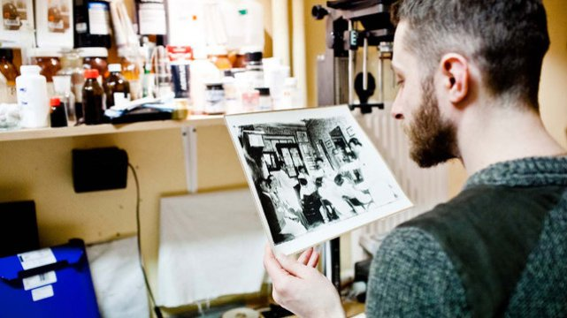 Marcin Sudziński w swojej pracowni fotograficznej