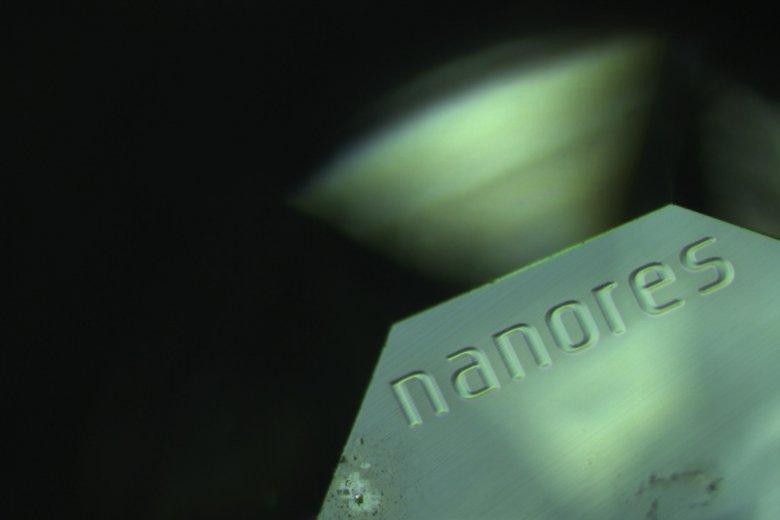 Nazwa Nanores naniesiona na kamień szlachetny technologią NanoIndividualization.
