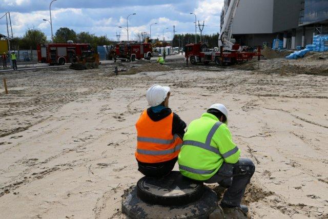 Strażacy i robotnicy po ugaszeniu pożaru Galerii Północnej.