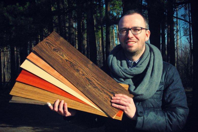 Maciek Boczkowski prezentuje surowiec, którego szuka po całej Polsce. Za jego plecami widać już Puszczę Kampinoską