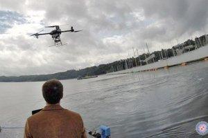 Uczestnicy kursu korzystają z dronów należących do ITWL