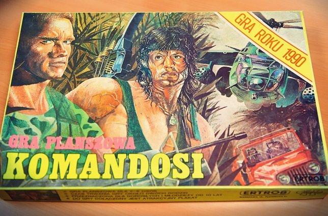 """Okładka gry planszowej """"Komandosi"""" przypomina o złotej erze filmów akcji na VHS"""