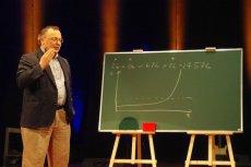 Dr Kamil Kulesza to propagator nauki. Na zdjęciu podczas swojego wykładu z cyklu TEDx