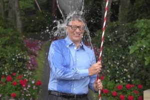 Bill Gates w trakcie Ice Bucket Challenge.