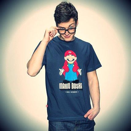 Jeden z bardziej popularnych wzorów marki - maskotka firmy produkującej konsole Nintendo i bohater gier platformowych Mario w pozie Matki Boskiej.