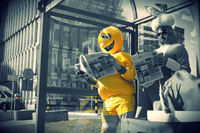 Miesięcznik rozdawany jest na przystankach autobusowych, więc redakcja przygotowała wcześniej akcję reklamową. Siódmy numer promują Zając i Wielki Ptak, dość podobny, naszym zdaniem, do wielkanocnego kurczaczka.