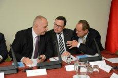 Politycy PiS Jacek Sasin, Grzegorz Bierecki i Janusz Szewczak podczas konferencji na temat kredytów walutowych.