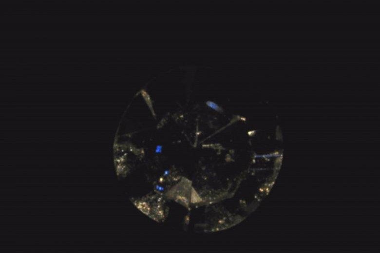 Barwa diamentu zmieniona technologią Nanores na niebieską.
