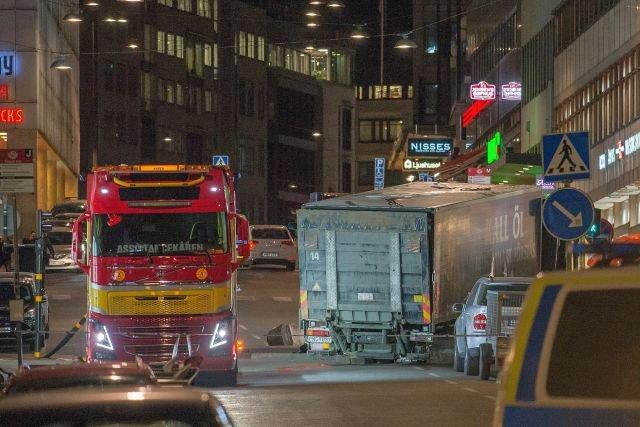 Ciężarówka użyta do zamachu wbiła się w fasadę domu towarowego w Sztokholmie (po prawej)