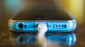 Dzięki pierwszemu na świecie polskiemu projektorowi laserowemu w smartfonach ładowarka będzie mogła pozostać w domu.