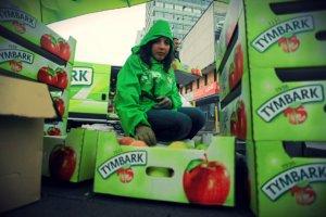 Akcja rozdawania jabłek z okazji 75-lecia Tymbarku.
