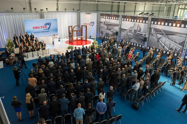 Uroczystość oficjalnego otwarcia pierwszej hali produkcyjnej w Europejskim Centrum Stolarki